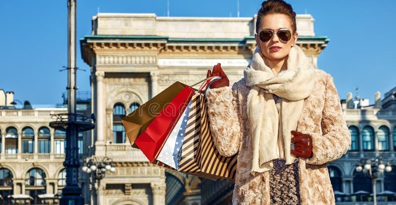 Mujer moderna del viajero en situación de Milán, Italia fotografía de archivo libre de regalías
