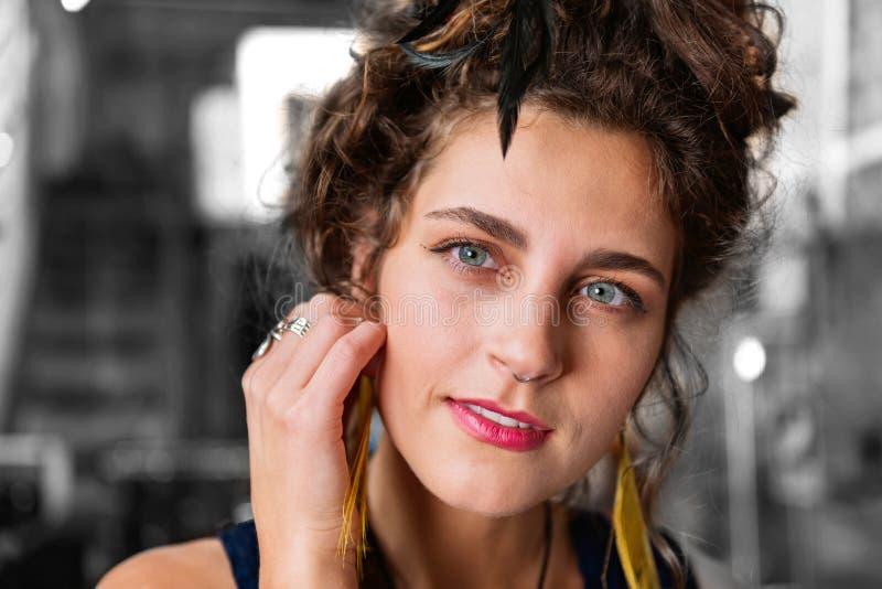 Mujer moderna elegante con la perforación en su nariz que lleva los accesorios elegantes foto de archivo