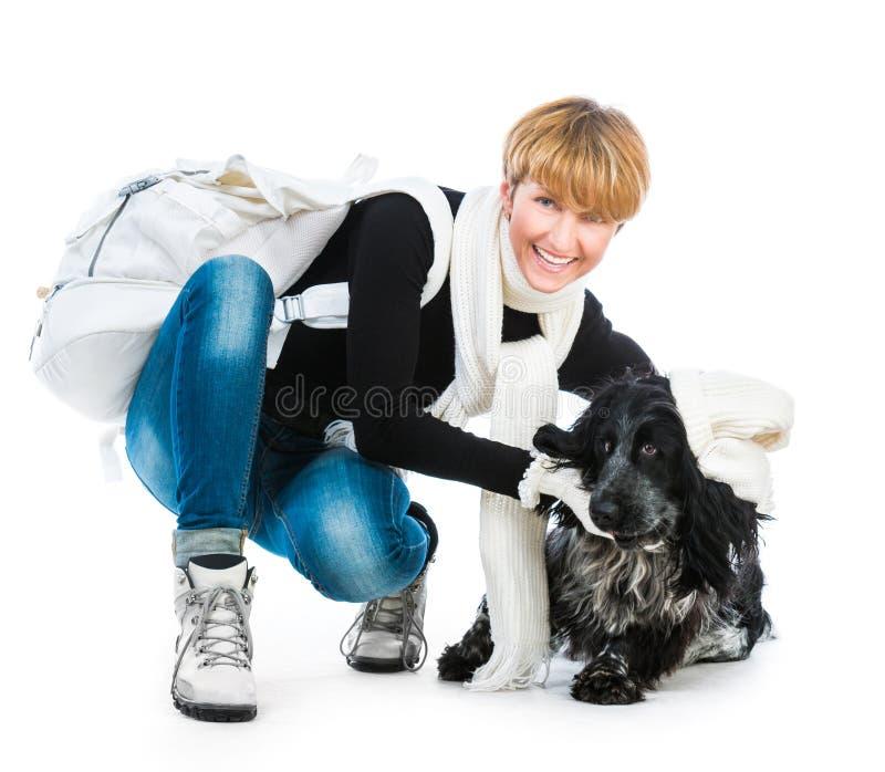 Mujer moderna joven con su perro cocker spaniel foto de archivo