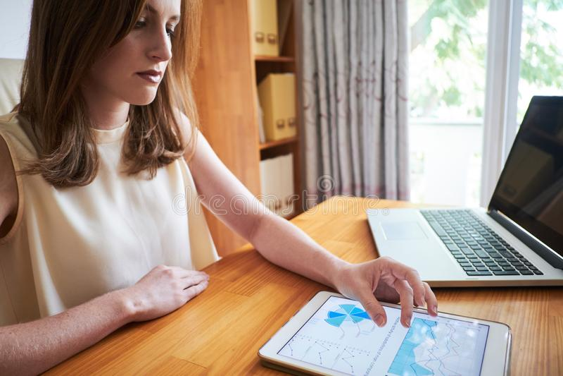 Mujer moderna que usa la tableta en el trabajo fotografía de archivo libre de regalías