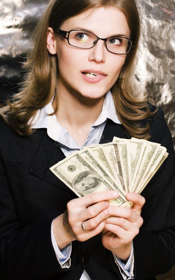 Mujer moderna real de la morenita joven bonita en vidrios con el dinero Ca imágenes de archivo libres de regalías