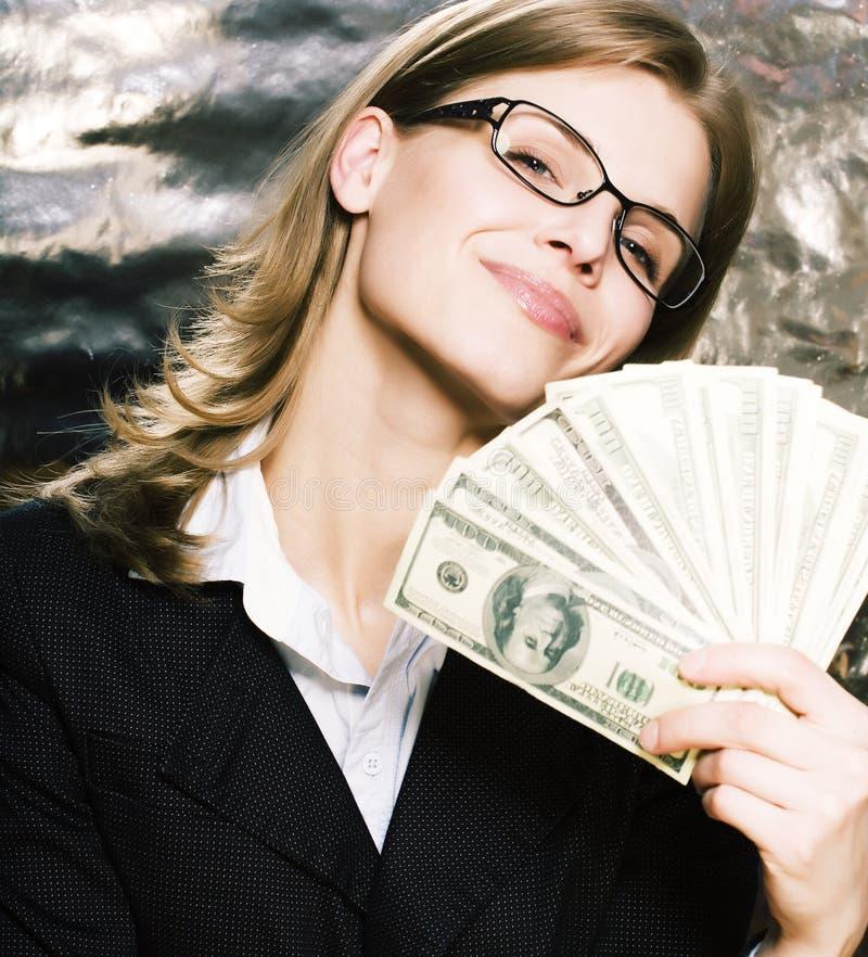 Mujer moderna real de la morenita joven bonita en vidrios con el dinero Ca imagenes de archivo
