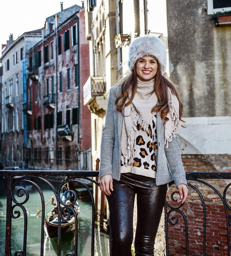 Mujer moderna sonriente del viajero en Venecia, Italia en invierno foto de archivo