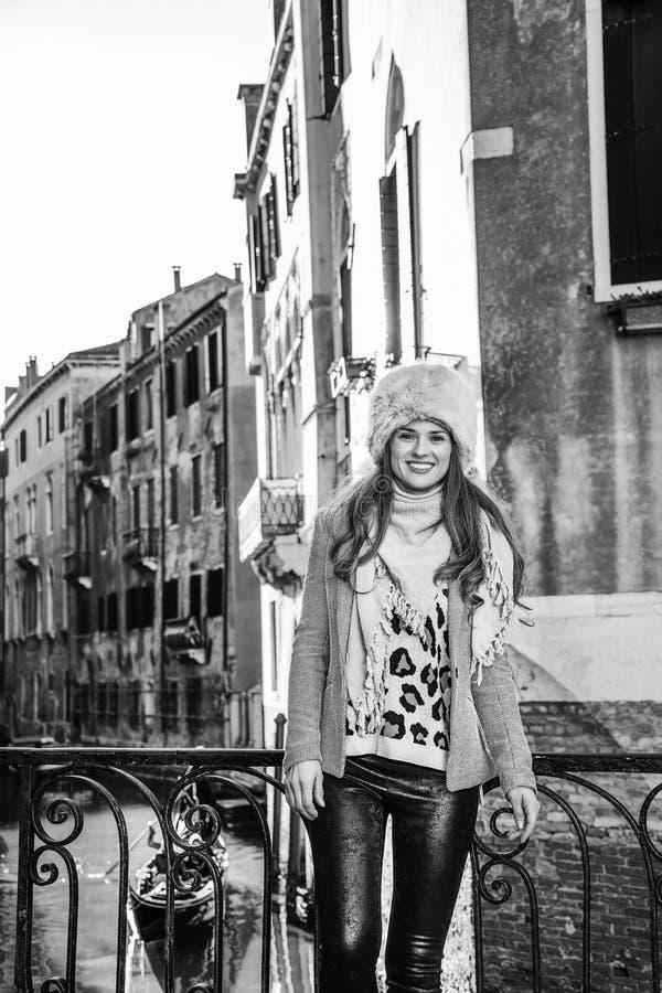 Mujer moderna sonriente del viajero en Venecia, Italia en invierno fotografía de archivo