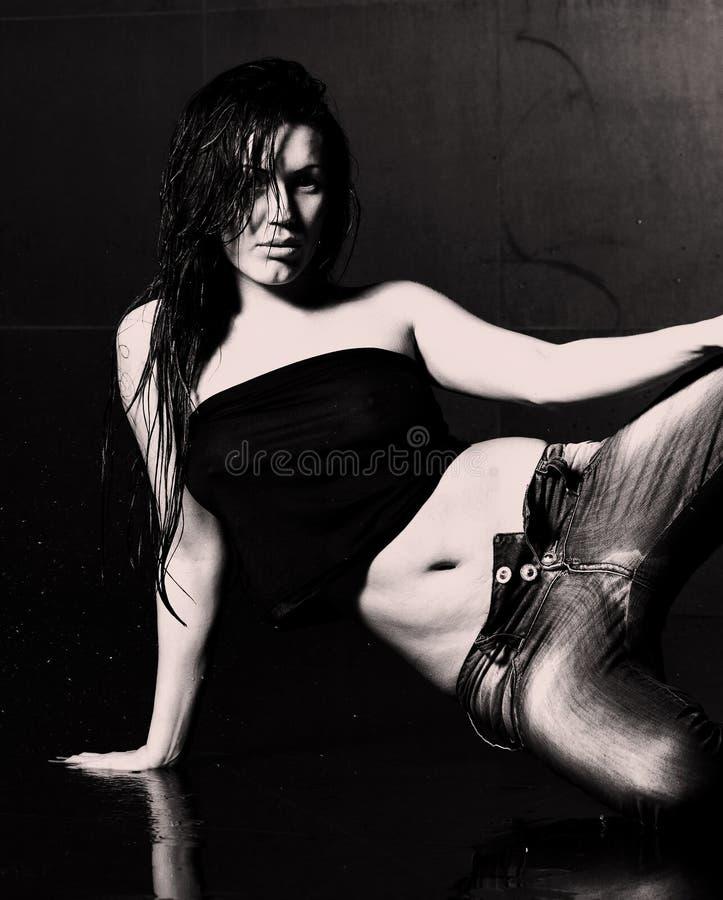 Mujer mojada joven atractiva imagen de archivo