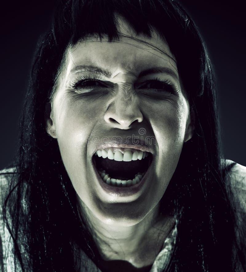 Mujer morena asustadiza de Halloween con el pelo largo imágenes de archivo libres de regalías