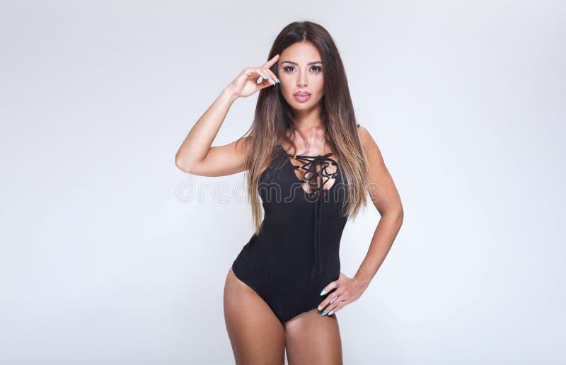 Mujer morena atractiva con el cuerpo ideal fotos de archivo