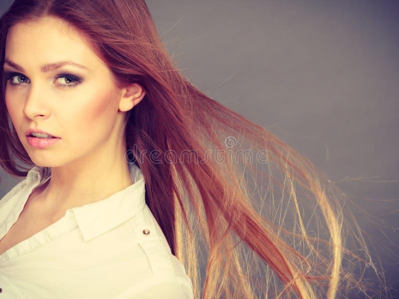 Mujer morena atractiva con el pelo windblown imagen de archivo