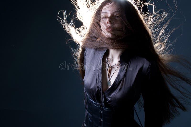 Mujer morena atractiva joven en oscuridad Imagen joven hermosa de la bruja para Halloween fotos de archivo libres de regalías