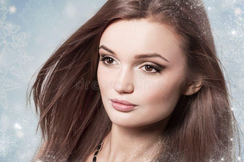 Mujer morena atractiva joven en una nieve Concepto de la belleza del invierno fotos de archivo