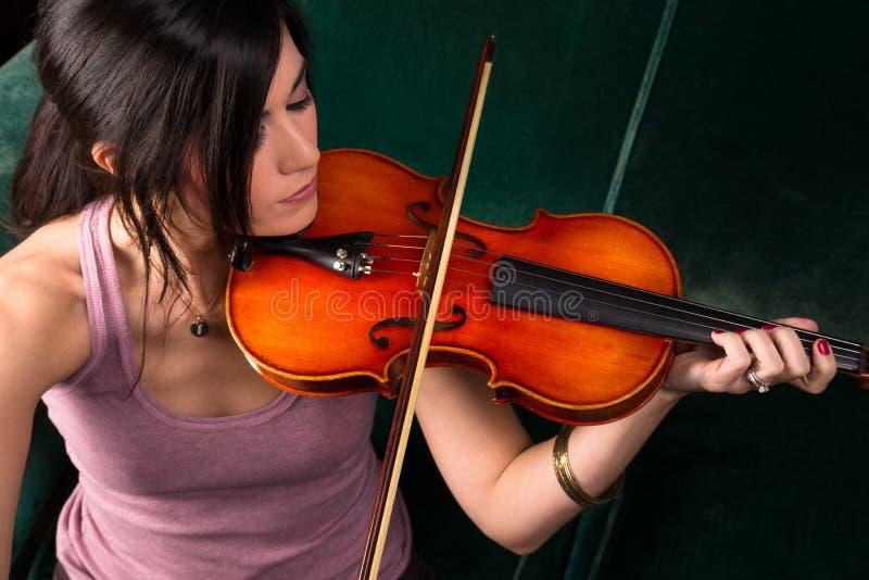 Mujer morena atractiva sensual que toca el instrumento atado acústico del concierto fotos de archivo libres de regalías