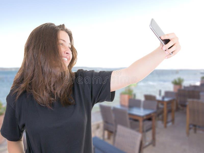 Mujer morena bonita hacer el selfie en restaurante imagenes de archivo