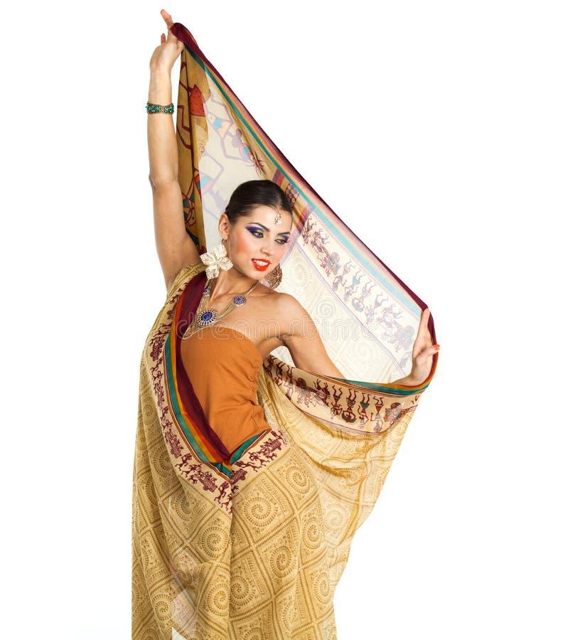 Mujer morena caucásica en sari nacional india marrón del vestido fotos de archivo