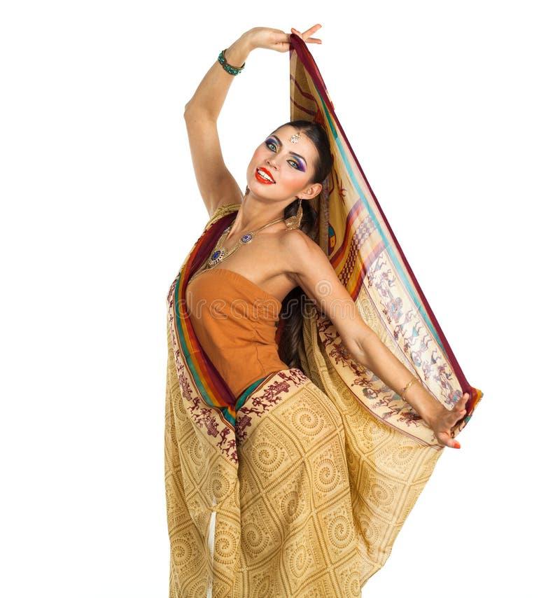Mujer morena caucásica en sari nacional india marrón del vestido fotografía de archivo libre de regalías