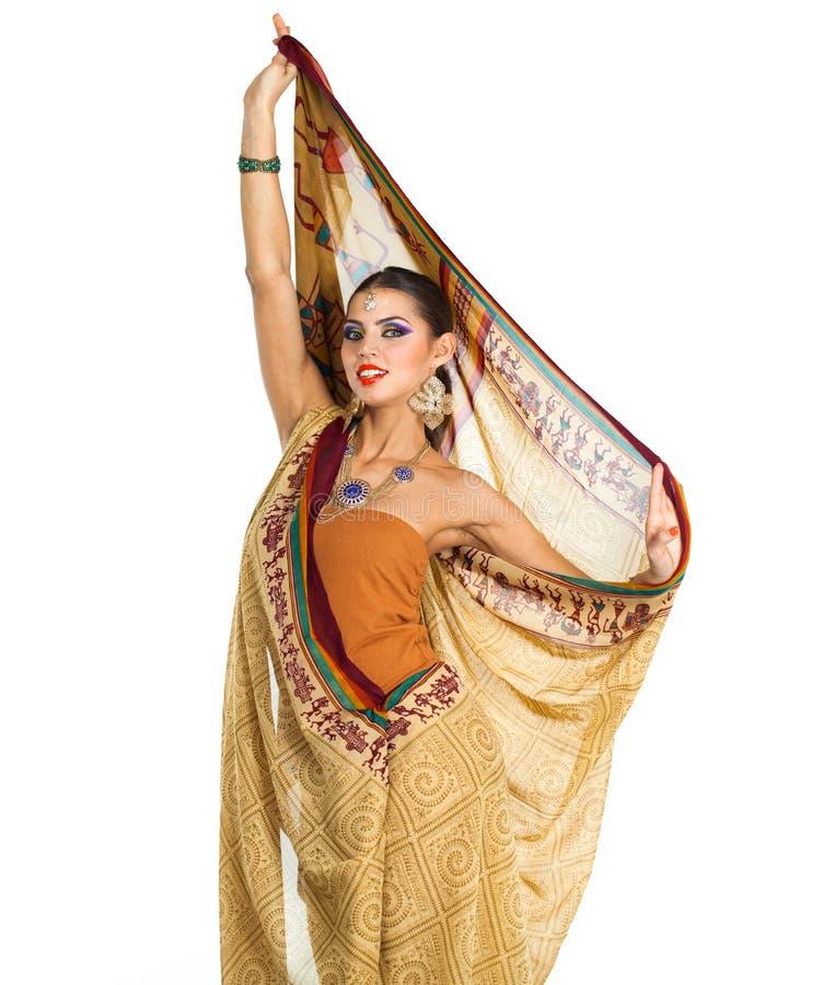 Mujer morena caucásica en sari nacional india marrón del vestido foto de archivo