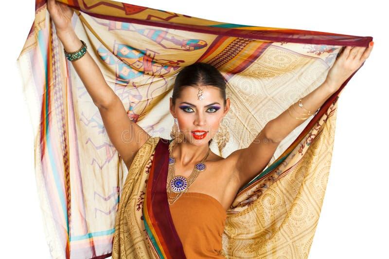 Mujer morena caucásica en sari nacional india marrón del vestido fotos de archivo libres de regalías