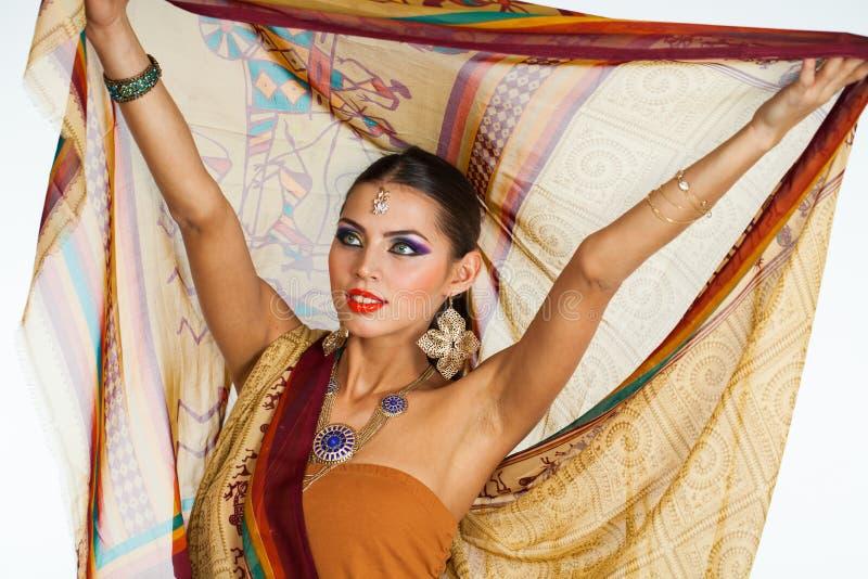 Mujer morena caucásica en sari nacional india marrón del vestido imagen de archivo
