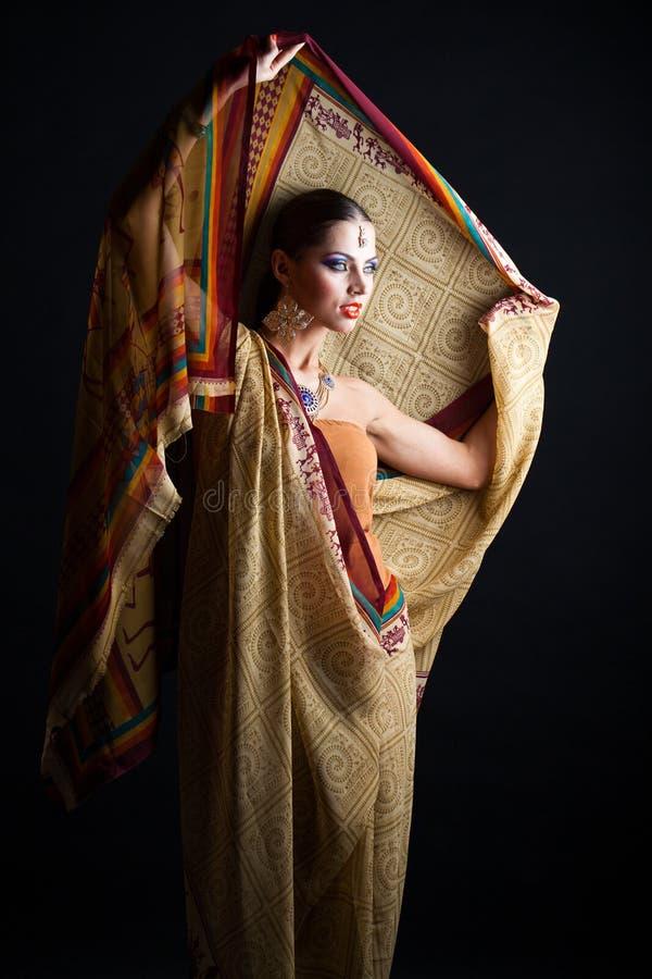 Mujer morena caucásica en sari nacional india marrón del vestido imágenes de archivo libres de regalías