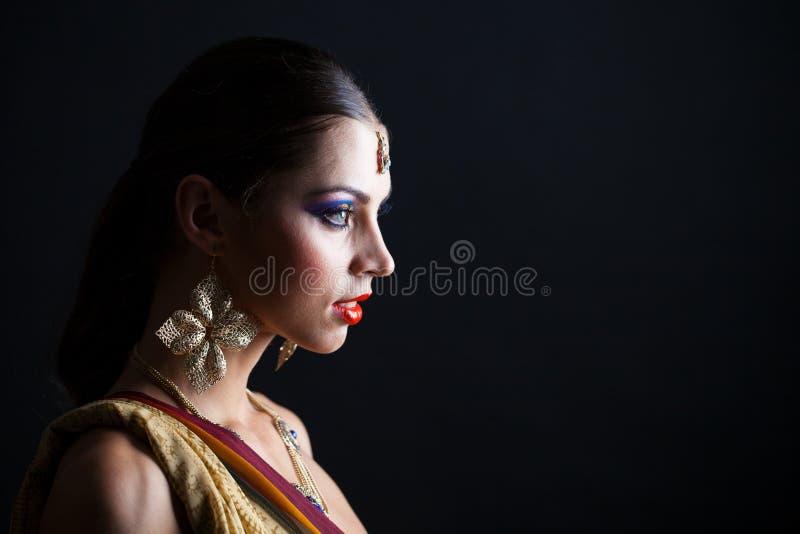 Mujer morena caucásica en sari nacional india marrón del vestido foto de archivo libre de regalías