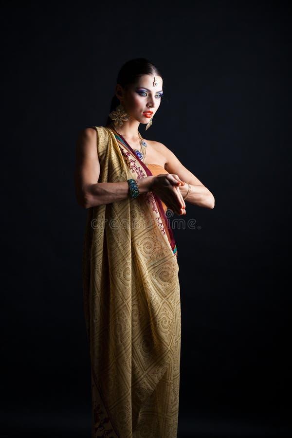 Mujer morena caucásica en sari nacional india marrón del vestido imagen de archivo libre de regalías