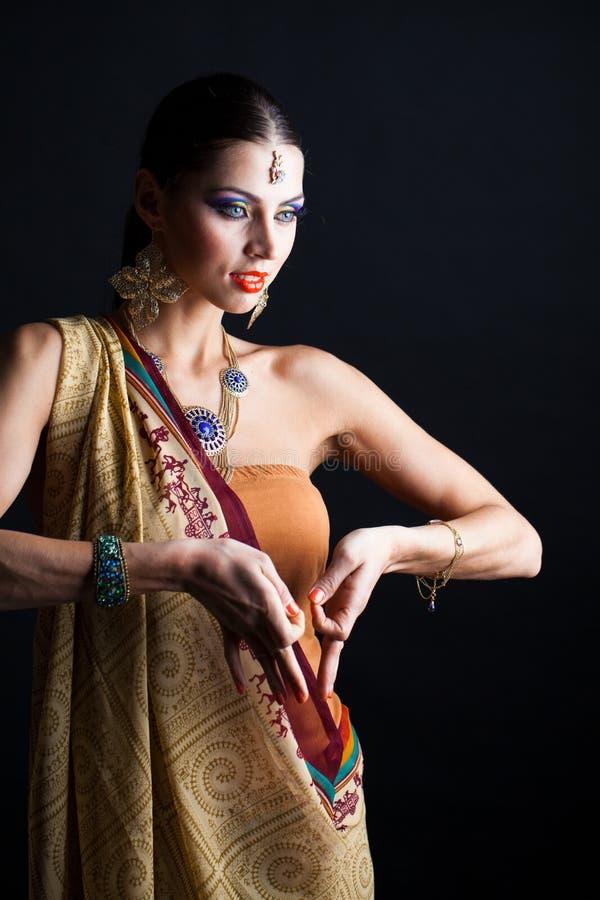 Mujer morena caucásica en sari nacional india marrón del vestido fotografía de archivo