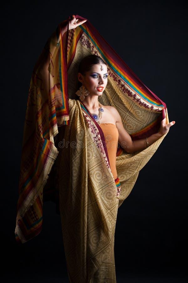 Mujer morena caucásica en sari nacional india marrón del vestido imagenes de archivo