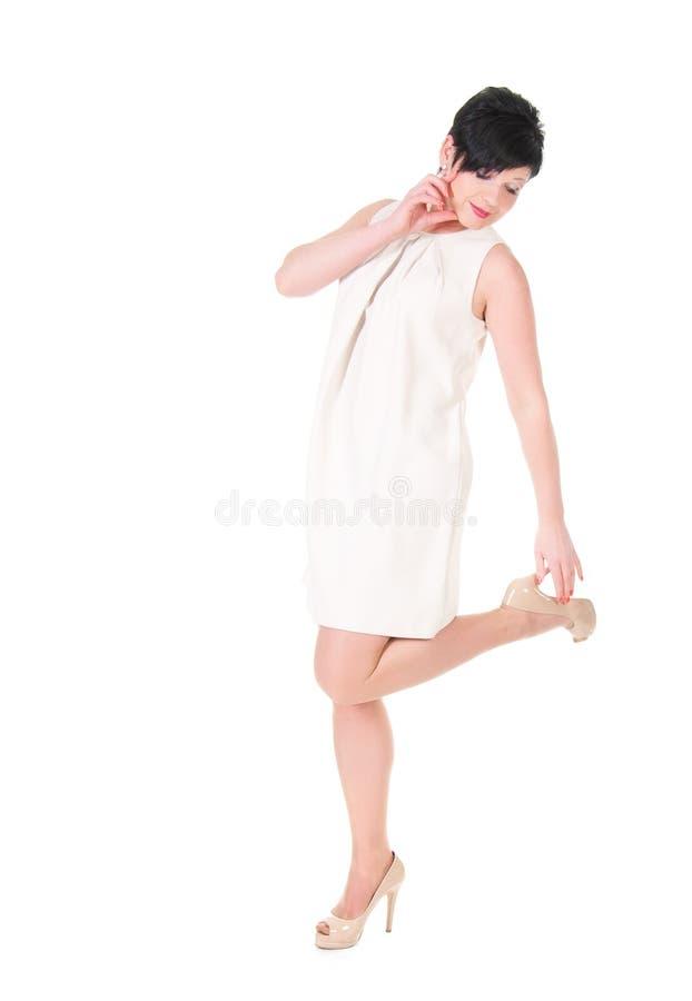 mujer morena en la presentación del vestido de la nata foto de archivo libre de regalías
