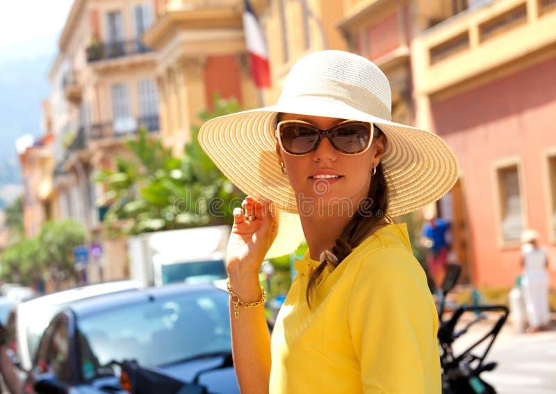 Mujer morena feliz el vacaciones foto de archivo