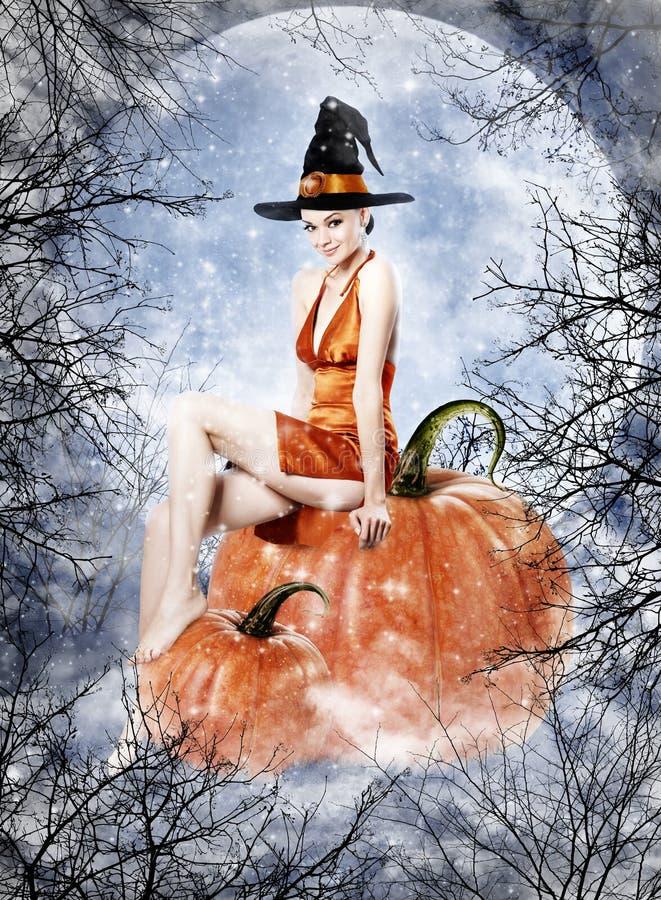 Mujer morena hermosa como bruja de Halloween imagen de archivo libre de regalías