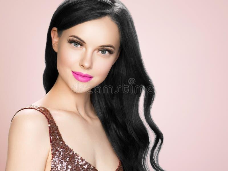Mujer morena hermosa con la extensión de las pestañas y la barra de labios rizada negra larga del rosa del peinado foto de archivo libre de regalías