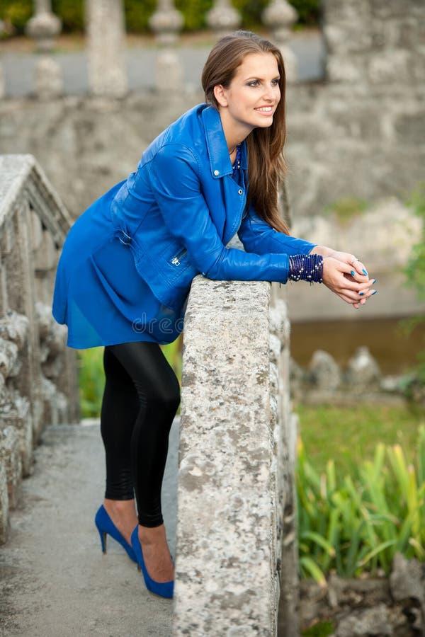 Mujer morena hermosa del estilo del blog en la presentación de moda del vestido fotos de archivo
