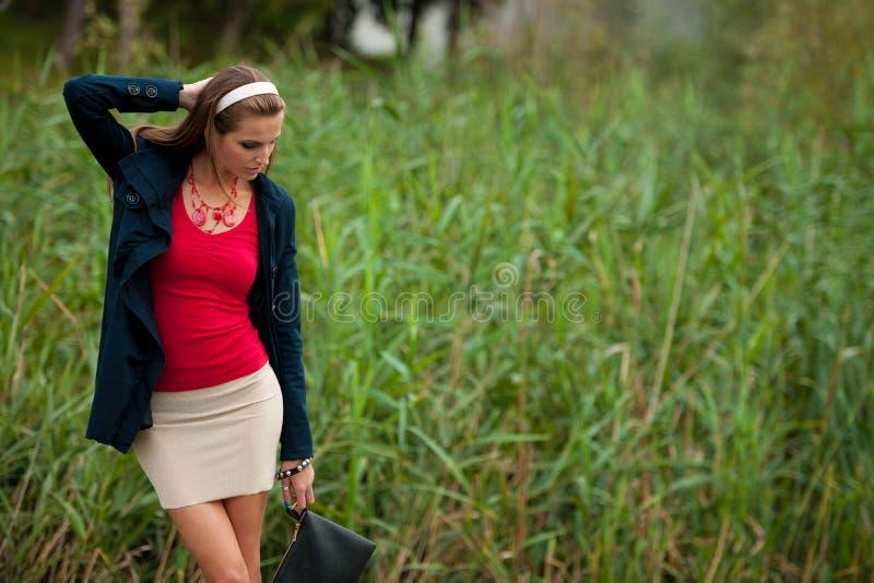 Mujer morena hermosa del estilo del blog en la presentación de moda del vestido imagenes de archivo