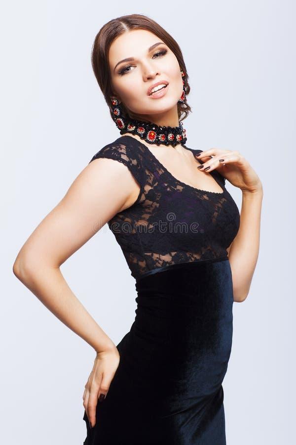Mujer morena hermosa joven en vestido negro imagen de archivo libre de regalías