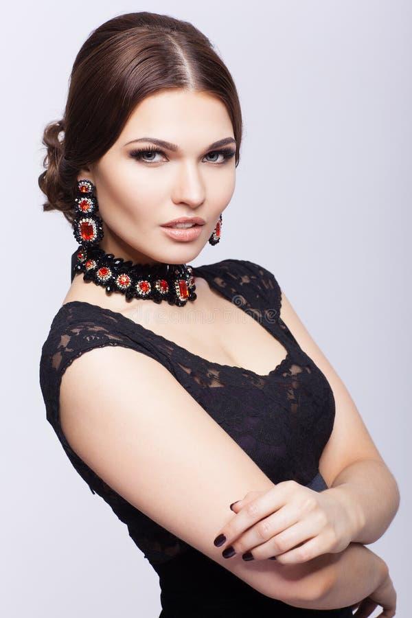 Mujer morena hermosa joven en vestido negro fotos de archivo libres de regalías