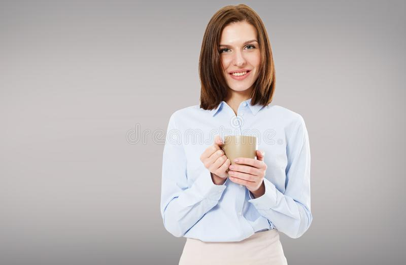 Mujer morena hermosa que goza de la taza de café aislada imagenes de archivo