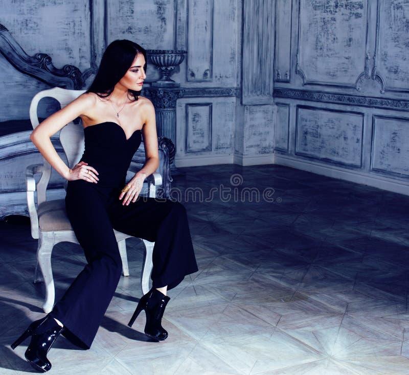 Mujer morena joven de la belleza en el interior casero de lujo, dormitorio de hadas en colores grises, concepto rico de la forma  imágenes de archivo libres de regalías