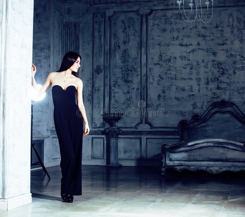 Mujer morena joven de la belleza en el interior casero de lujo, elegante gris del dormitorio de hadas imagenes de archivo