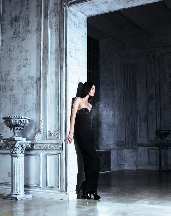 Mujer morena joven de la belleza en el interior casero de lujo, dormitorio de hadas fotografía de archivo