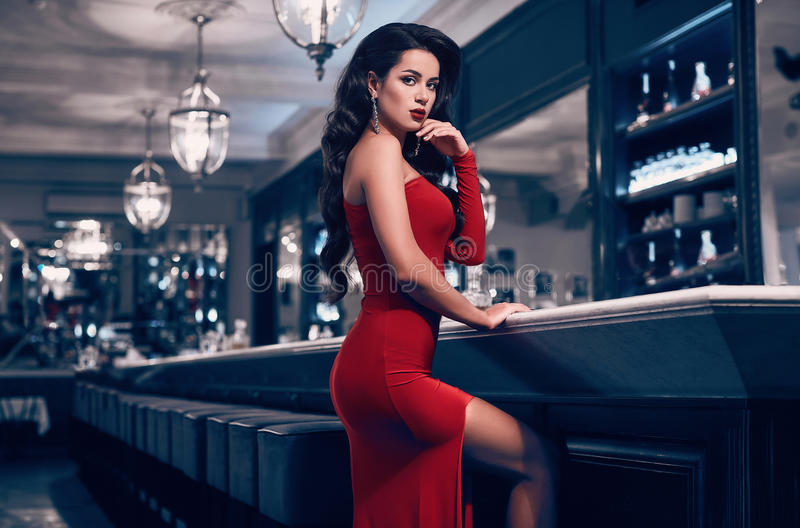 Mujer morena joven de la belleza magnífica en vestido rojo fotografía de archivo libre de regalías