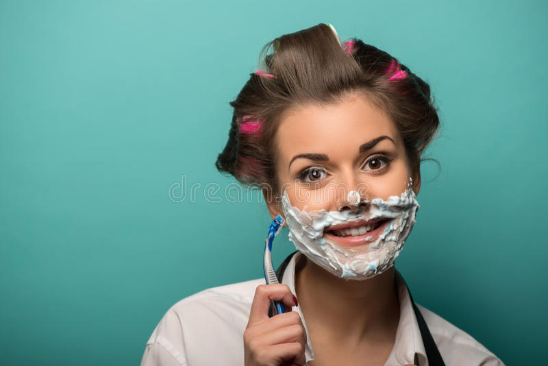 Mujer morena linda en los bigudíes de pelo que presentan con fotos de archivo libres de regalías