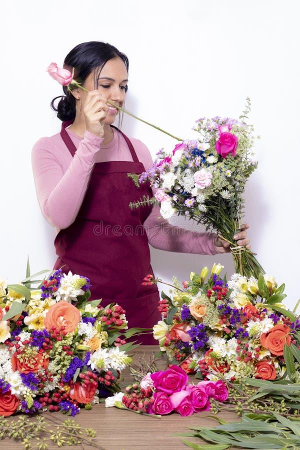 Mujer morena que hace ramos foto de archivo