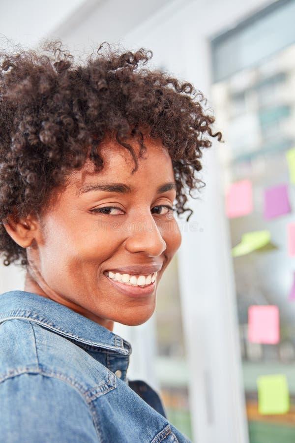 Mujer multicultural como mujer de negocios acertada imagen de archivo