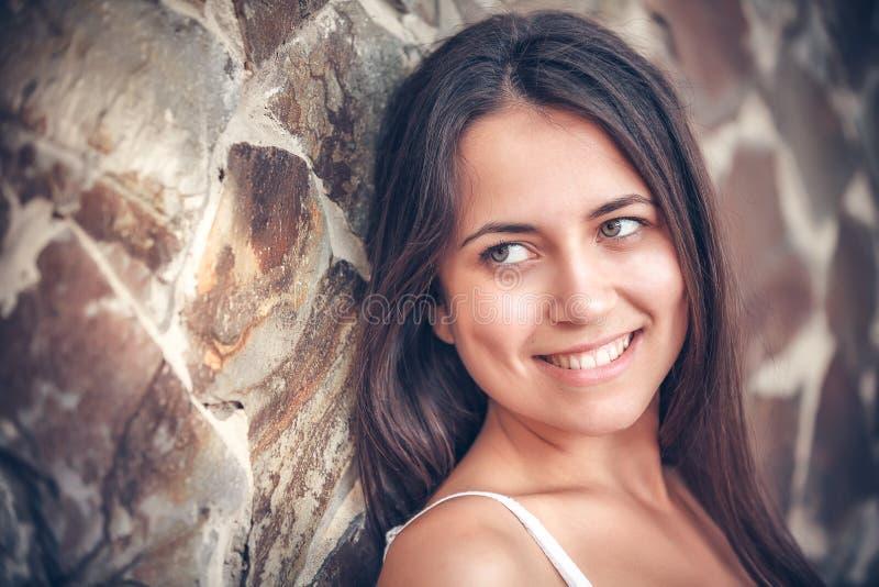 Mujer multicultural joven en un al aire libre imagenes de archivo
