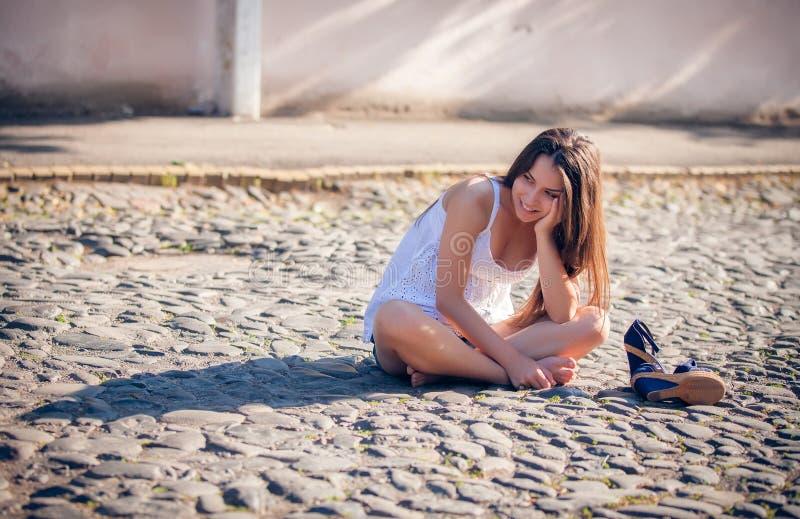 Mujer multicultural joven en un al aire libre fotografía de archivo