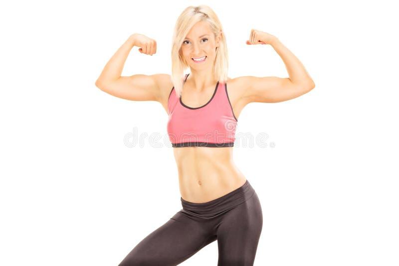 Mujer muscular que muestra el bíceps fotos de archivo libres de regalías