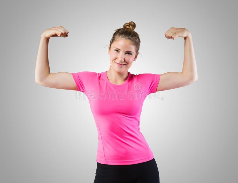 Mujer muscular que muestra su bíceps fotos de archivo libres de regalías