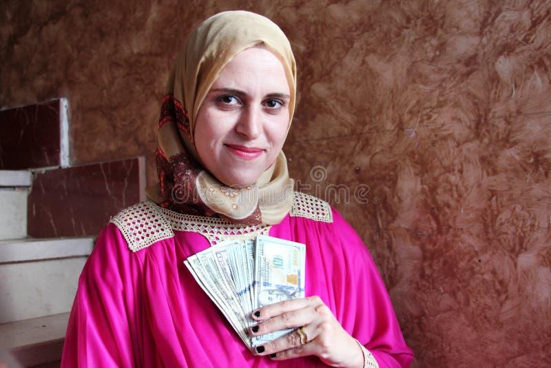Mujer musulmán árabe de pensamiento con el dinero imágenes de archivo libres de regalías