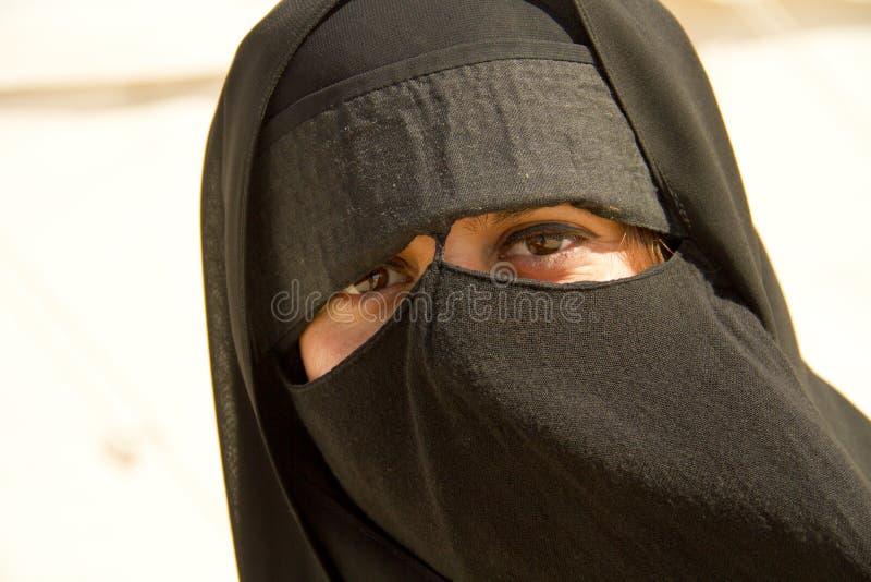 mujer musulmán con burka fotos de archivo