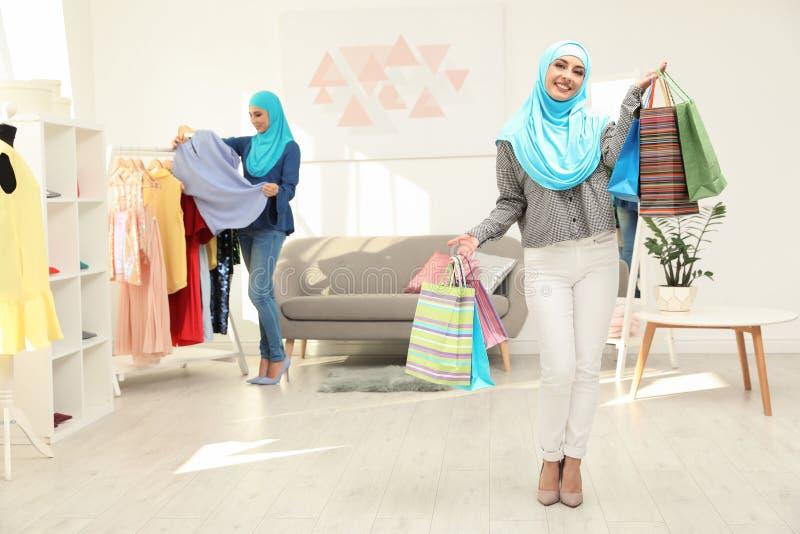 Mujer musulmán con los bolsos de compras fotos de archivo libres de regalías