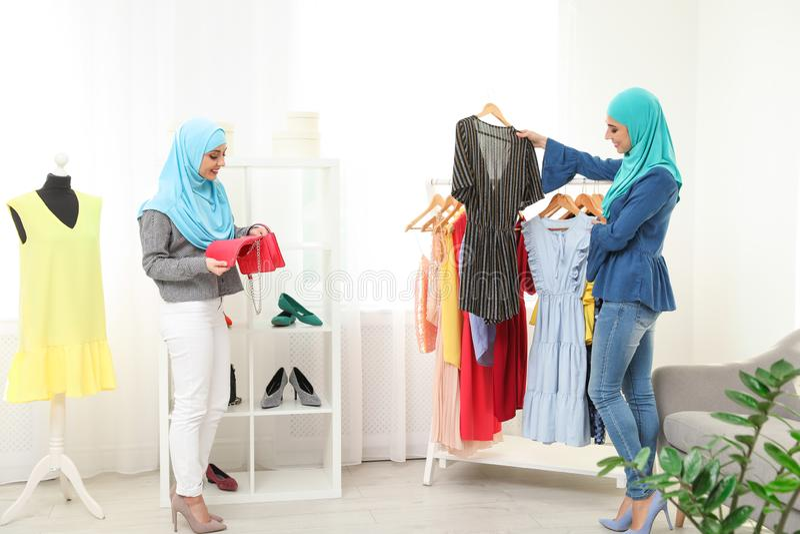 Mujer musulmán con su amigo que elige la ropa foto de archivo